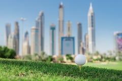 Golfdagen Golfboll är på golfbanan för utslagsplats A för bollen royaltyfri bild