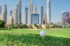Golfdagen Golfboll är på golfbanan för utslagsplats A för bollen fotografering för bildbyråer