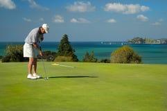 Golfe - alinhando o Putt Imagens de Stock