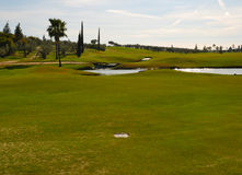 Golfe da grama e do lago Foto de Stock Royalty Free