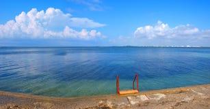 Golfe de mer sous le ciel avec des nuages Image libre de droits