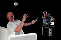Golfe de observação do homem na televisão 3D Foto de Stock Royalty Free