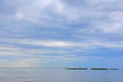 Golfe finlandais près de Pétersbourg pendant le jour d'été nuageux Photographie stock libre de droits