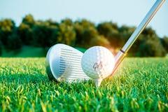 Golfeisenstock und -ball auf Kurs vor Auswirkung 3d vektor abbildung
