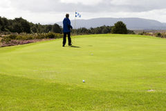 Golfer standing on green Royalty Free Stock Photos