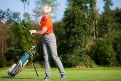 Golfeur aîné de dame Photo libre de droits