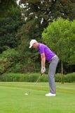 Golfeur adressant la boule Photographie stock libre de droits