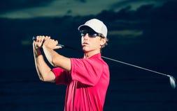 Golfeur au coucher du soleil Photo stock