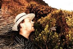 Golfeur choqué dans le buisson. Image libre de droits