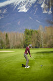 Golfeur de femme prêt pour une oscillation Photo libre de droits