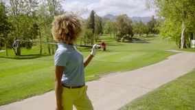Golfeur de jeune femme avec son club au-dessus de son épaule clips vidéos