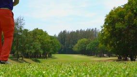 Golfeur de mouvement lent frappant la boule de golf sur la pi?ce en t  clips vidéos