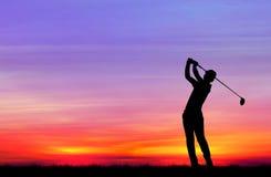 Golfeur de silhouette jouant le golf au beau coucher du soleil Photographie stock libre de droits