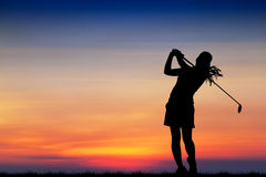 Golfeur de silhouette jouant le golf au beau coucher du soleil Image stock