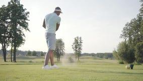 Golfeur du Moyen-Orient de débutant beau de portrait balançant et frappant la boule de golf sur le beau cours Homme confiant banque de vidéos