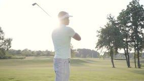 Golfeur du Moyen-Orient réussi beau de portrait balançant et frappant la boule de golf sur le beau cours Homme confiant banque de vidéos