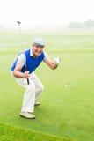 Golfeur heureux encourageant sur le putting green Photos libres de droits