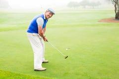 Golfeur heureux encourageant sur le putting green Image libre de droits