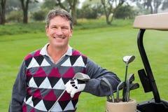 Golfeur heureux près du sien boguet de golf Photographie stock libre de droits