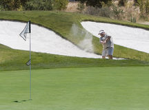 Golfeur heurtant hors de la soute Photographie stock