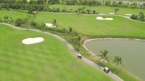 Golfeur jouant sur la vue supérieure de terrain de golf vert du bourdon volant Personnes de vue aérienne sur le champ vert dans l banque de vidéos