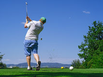 Golfeur jouant sur le terrain de golf photo libre de droits