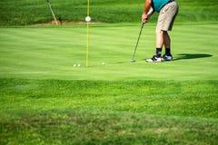 Golfeur, joueur de golf, sur le vert, mâle mûr, non reconnaissable, copyspace photographie stock