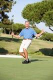 Golfeur mâle aîné sur le terrain de golf Photos libres de droits