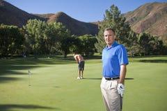 Golfeur mûr sur le cours Photo stock
