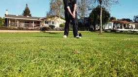Golfeur mettant la boule de golf pour trouer sur le terrain de golf vert sur des collines en concours général de tournoi Joueur t clips vidéos