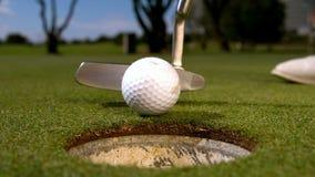 Golfeur mettant la boule sur le vert clips vidéos