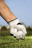 Golfeur plaçant le té et la bille images stock