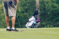 Golfeur supérieur sur le terrain de golf en Thaïlande Image stock