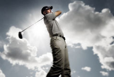 Golfeur tirant une bille de golf Photo stock