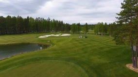 Golfeurs frappant le tir de golf avec le club sur le cours tandis que des vacances d'été, aériennes Photographie stock libre de droits