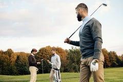 Golfeurs multi-ethniques heureux passant le temps ensemble dans le terrain de golf Photos libres de droits