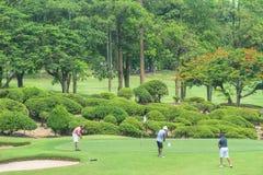 Golfeurs sur le terrain de golf en Thaïlande photos stock
