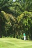 Golfeurs sur le terrain de golf en Thaïlande image stock