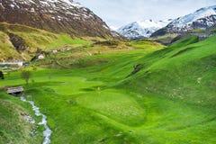 Golffält i alpenbyn Royaltyfri Foto