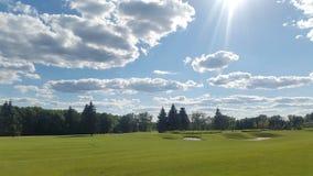 Golffält och moln i himlen Royaltyfri Bild