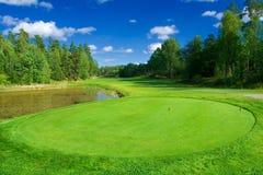 Golffahrrinne entlang einem Teich Stockfotografie