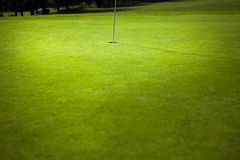 Golfflagga i grönt hål Royaltyfri Foto
