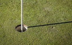 Golfflagga på grönt gräs Arkivfoto
