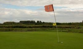 Golfflagge im starken Wind stockbild