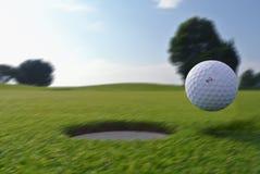 Golfgat en bal stock foto
