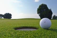 Golfgat en bal stock fotografie