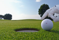 Golfgat en bal stock afbeelding