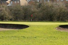 Golfgräsplan och en sandbunker på en Sunny Day Fotografering för Bildbyråer