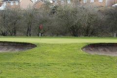 Golfgräsplan och en sandbunker på en Sunny Day Royaltyfri Fotografi