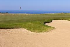 Golfgräsplan på kurs med bunker Arkivbild